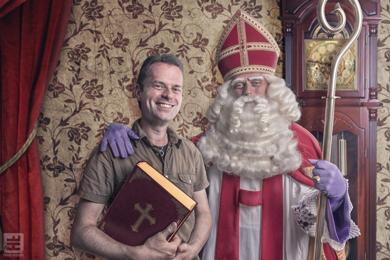 Sinterklaas op de foto met zijn adviseur Rutger. Rutger speelt zowel de Sint als zijn adviseur. En toch samen op de foto.