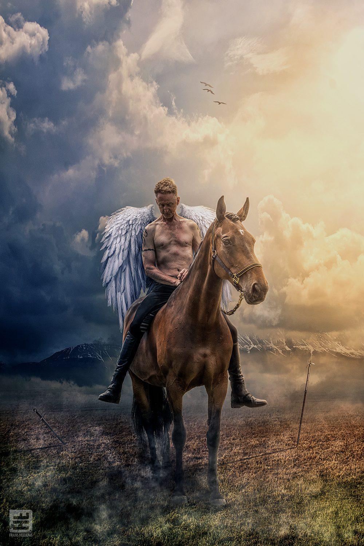 Mannelijke Engel zittend op een paard dravend over het slagveld.