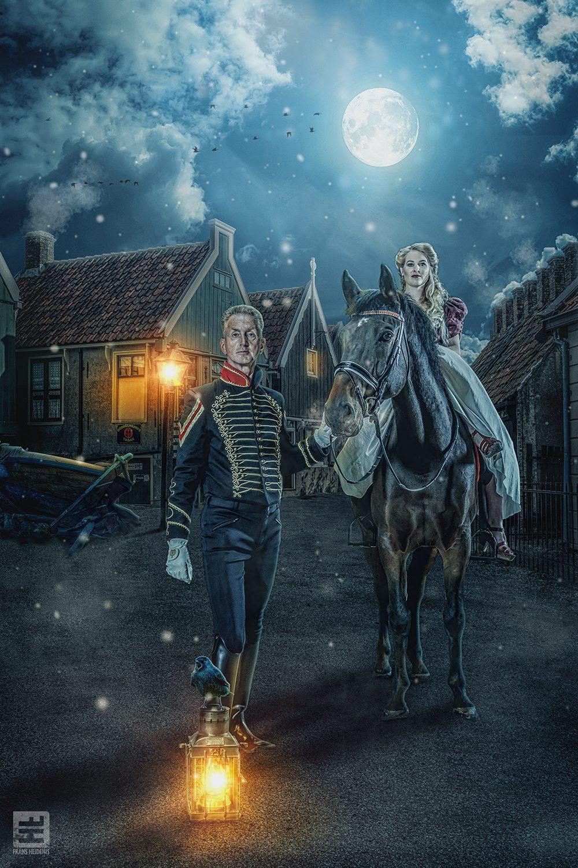 Man officier en vrouw in victoriaanse jurk. Verlaten de stad voor een lange reis. Achtergrond Zuiderzeemuseum Enkhuizen. Fotografie en Photoshop.
