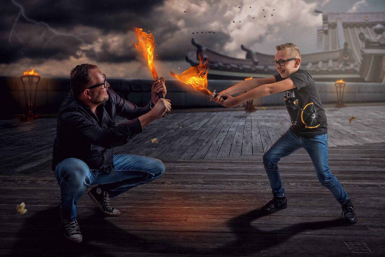 Zwaardgevecht tussen vader en zoon met brandende zwaarden. Op de achtergrond een Japanse tempel. Studio Fotografie en Photoshop.