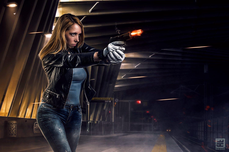 Vrouw met pistool in een metrostation. Gebaseerd op een filmscène. Studiofotografie en Photoshop.