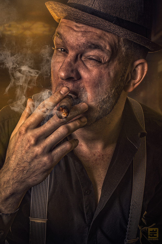 Portret van Sigaarrokende man van de Ierse maffia volledig in het thema van Boston 1952. Studio fotografie en Photoshop.