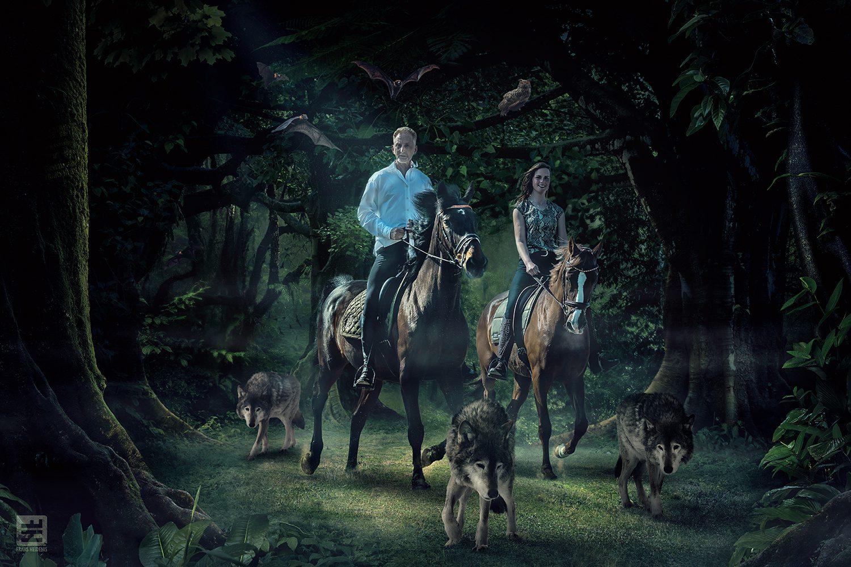 Man en vrouw op een paard samen met wolven en vleermuizen in een donker bos. Outdoor fotografie en Photoshop composite.