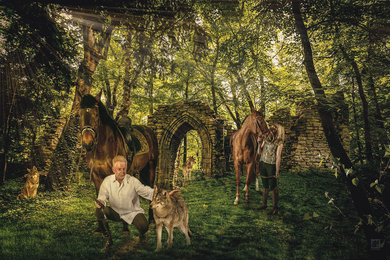 Man en vrouw op een paard samen met wolven in een bos. Outdoor fotografie en Photoshop composite.