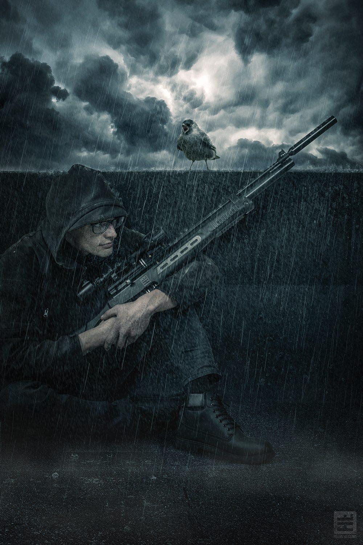 Sniper met een geweer wachtend in de stromende regen tot hij zijn doel ziet. Studio fotografie en Photoshop Composite