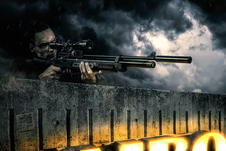 Sniper met een geweer wachtend om het fatale schot te lossen. Onder hem het lichtbord van de Jumbo Supermarkt. Studio fotografie en Photoshop Composite