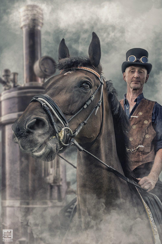 Steampunk portret op een paard. In de achtergrond een ouderwetse stoommachine. Outdoor fotografie en Photoshop Composite