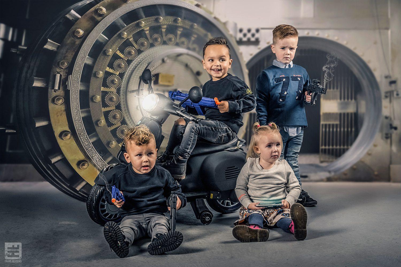 4 kids hebben een bankovervallen met nerf guns en een grote kluis op de achtergrond. Studio fotografie, stockphoto en Photoshop Composite